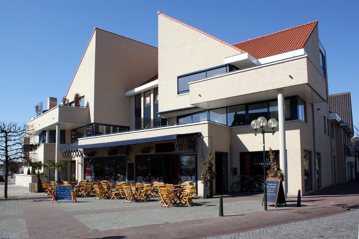 Entree en terras horeca Guulke - Appartementengebouwen De Poell en La Poste, Nederweert - BEELEN CS architecten Eindhoven / Thalliagroep Weert