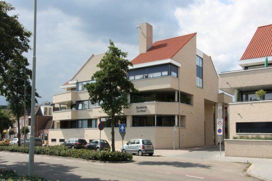Terrassen straatzijde en ingang parkeren - Appartementengebouwen De Poell en La Poste, Nederweert - BEELEN CS architecten Eindhoven / Thalliagroep Weert