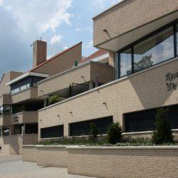 Totaalbeeld straatzijde - Appartementengebouwen De Poell en La Poste, Nederweert | BEELEN CS architecten / Thallia groep Weert - Eindhoven