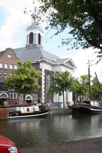 Zicht op de kerk vanaf de overzijde - plan voor mausoleum in de Kerk aan de Lange Haven, Schiedam- BEELEN CS architecten Eindhoven / Thalliagroep Weert