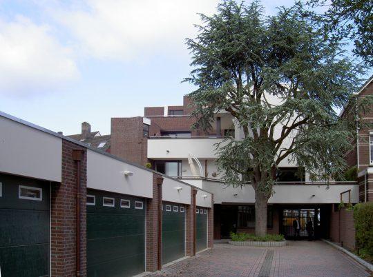 achterzijde met garageboxen - Woongebouw aan de Emmasingel, Weert | BEELEN CS architecten / Thallia groep Weert - Eindhoven