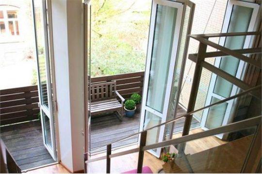 balkondeuren en balkon - Herbestemming oude katholieke school naar Appartementen, Amsterdam - BEELEN CS architecten Eindhoven / Thalliagroep Weert