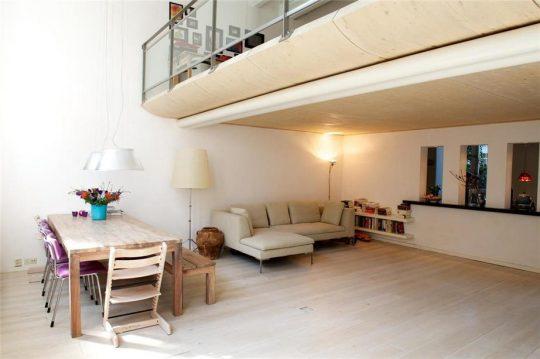woonkamer met entresolvloer - Herbestemming oude katholieke school naar Appartementen, Amsterdam | BEELEN CS architecten / Thallia groep Weert - Eindhoven