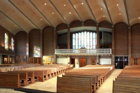 zicht op oksaal - Fatimakerk Weert - BEELEN CS architecten Eindhoven / Thalliagroep Weert