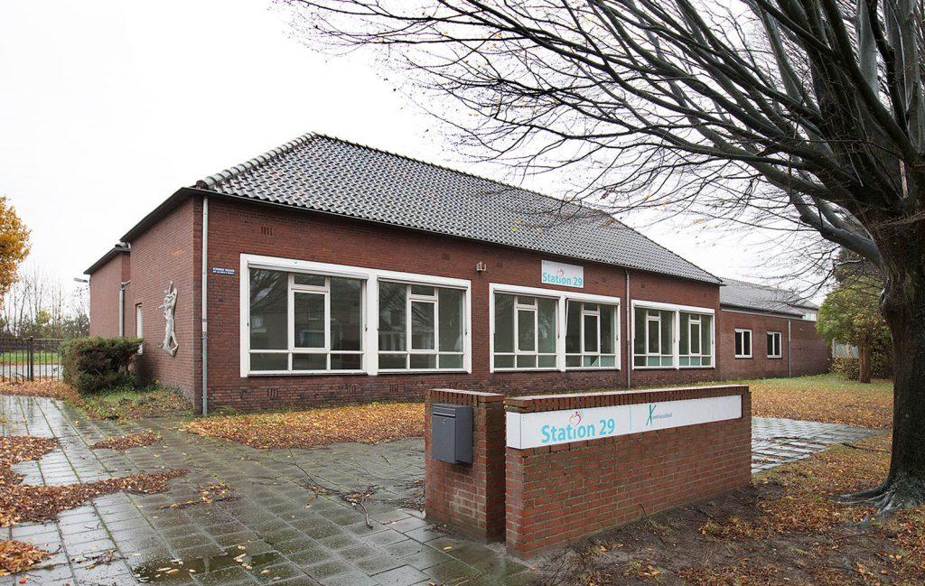 Studie inpassing woongroep in schoolgebouw, entree, Guttecoven Sittard-Geleen   BEELEN CS architecten / Thallia groep Weert - Eindhoven